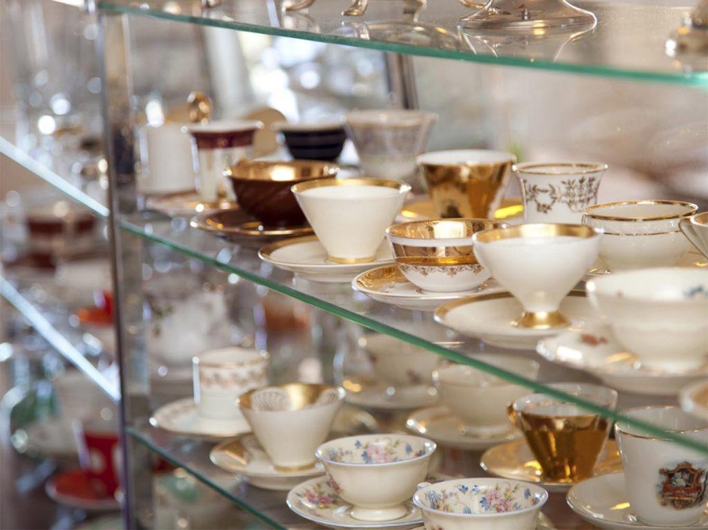 Kaffestel i Tidens Samlings museumscafé, hvor man kan nyde kaffe, te og kiksekage, museum for klæder, form og bolig i det 20. århundrede, Kulturmaskinen, Farvergården, Brandts Klædefabrik, Odense