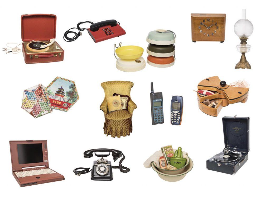 Indlevering og aflevering af effekter, tøj, ting, elektronik, møbler, nips og redskab fra hverdagen i det 20. århundrede, rød 80'er-telefon, transportabel pladespiller fra 60'erne, spareur fra 40'erne, farvede køkkenvægt fra 60'erne, gul lænestol fra 20'erne, kinaskak fra 60'erne, Nokia mobiltelefoner fra 90'erne, syskrin fra 40'erne, bærbar computer fra 90'erne, drejeskivetelefon fra 30'erne, rengøringsmidler med Persil fra 50'erne, grammefon fra 20'erne