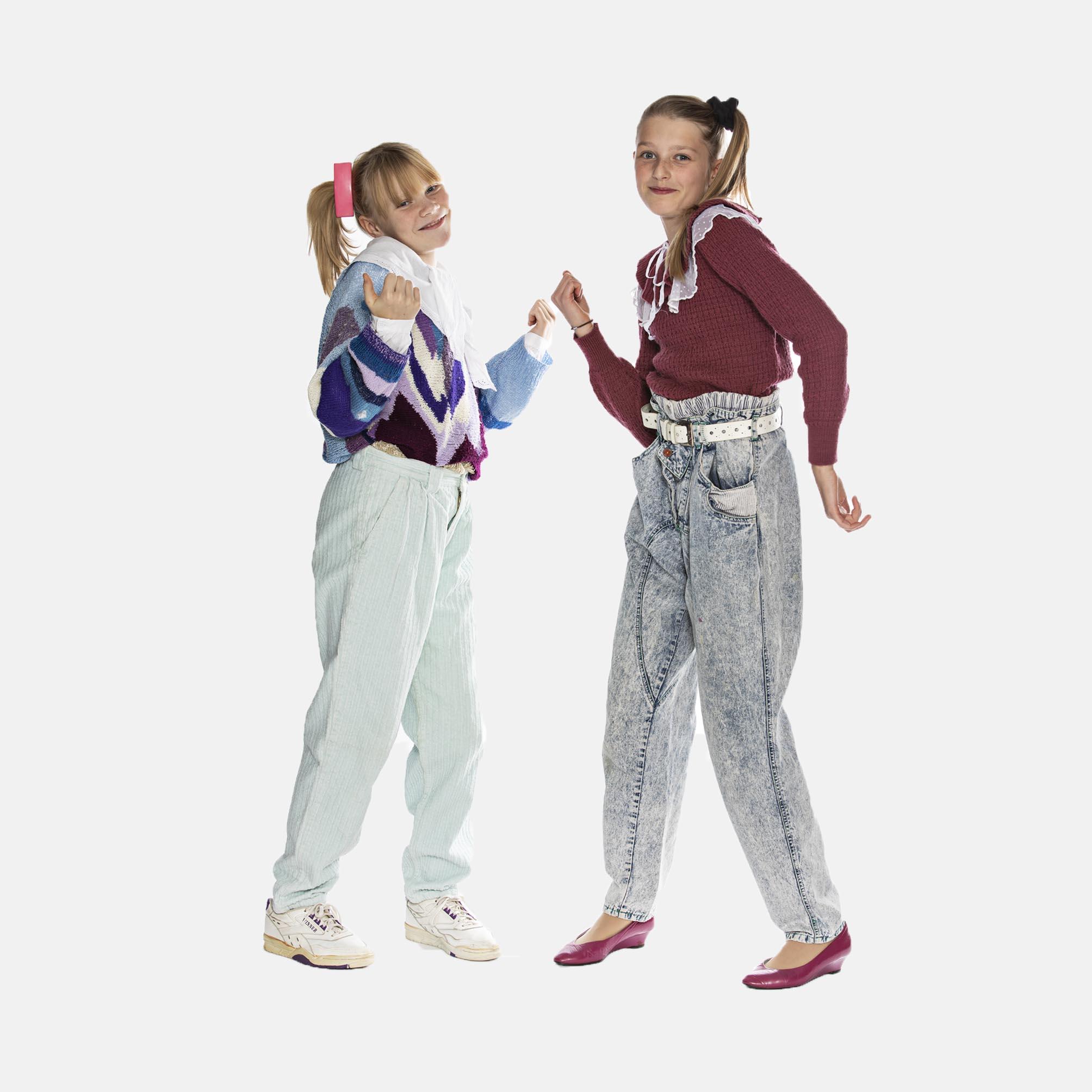 Piger fra 1980'erne med høj hestehale, bukser, farvede bluser, hårspænder, gummisko, læs om moden i 1980'erne, originalt tøj fra museet Tidens Samling, museum for klæder, form og bolig i det 20. århundrede, Kulturmaskinen, Farvergården, Brandts Klædefabrik, Odense