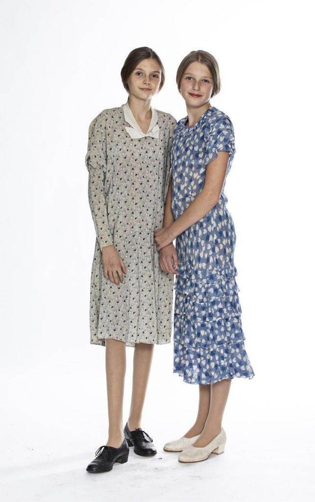 Piger i lette, lyse 20'er-kjoler, læs om mode i 1920'erne, originalt tøj fra museet Tidens Samling, Kulturmaskinen, Farvergården, Brandts Klædefabrik, Odense