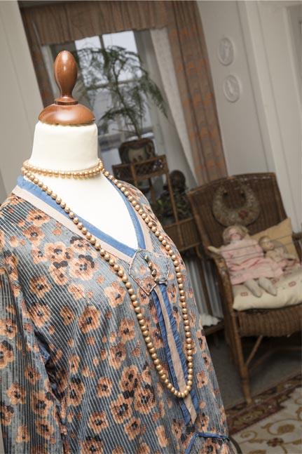 Smuk kjole i fløjl og farver fra 1920'erne, læs om mode i 1920'erne, originalt tøj fra museet Tidens Samling, Kulturmaskinen, Farvergården, Brandts Klædefabrik, Odense