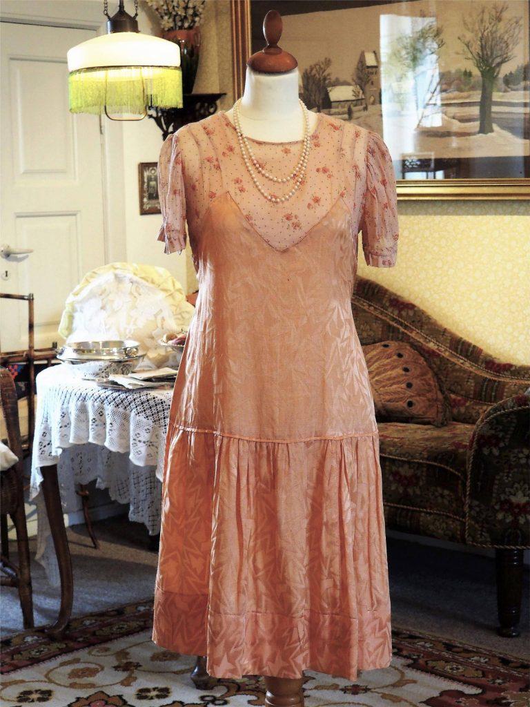Let laksefarvet kjole fra 1920'erne, læs om mode i 1920'erne, originalt tøj fra museet Tidens Samling, Kulturmaskinen, Farvergården, Brandts Klædefabrik, Odense