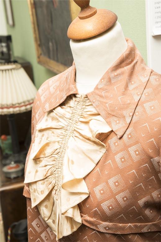 Laksefarvet fin kjole med firknatet mønster og krave og flæser, læs om moden i 1930'erne, originalt tøj fra museet Tidens Samling, museum for klæder, form og bolig i det 20. århundrede, Kulturmaskinen, Farvergården, Brandts Klædefabrik, Odense