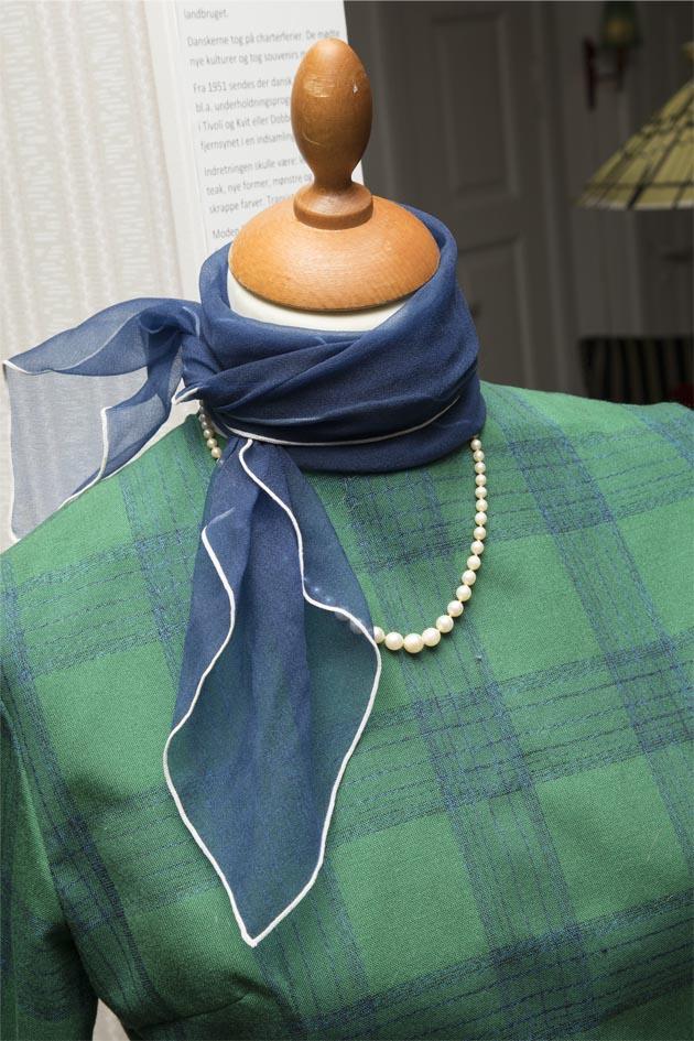 Grøn og blåternet kjole med blåt tørklæde og perlekæde, læs mere om moden fra 1960'erne, originalt tøj fra museet Tidens Samling, museum for klæder, form og bolig i det 20. århundrede, Kulturmaskinen, Farvergården, Brandts Klædefabrik, Odense