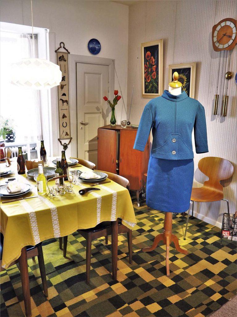 Blåt, smart sæt inspireret af Jaqueline Kennedy, bluse og nederdel, læs mere om moden fra 1960'erne, originalt tøj fra museet Tidens Samling, museum for klæder, form og bolig i det 20. århundrede, Kulturmaskinen, Farvergården, Brandts Klædefabrik, Odense