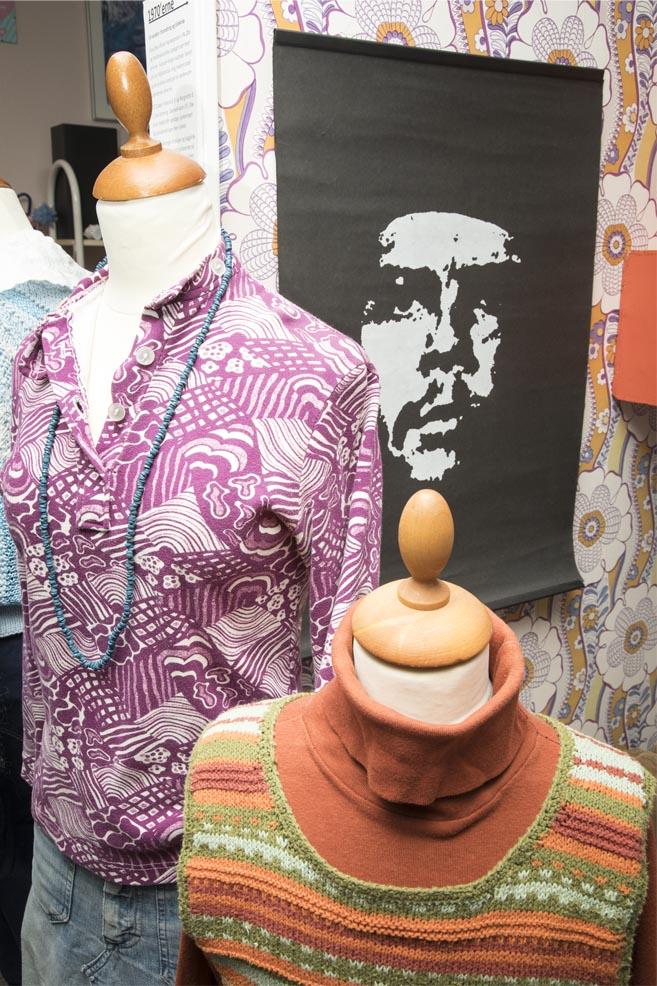 Lillamønstret 70'er-skjorte, hjemmestrikket orange sweater, Che Guevara, læs om moden i 1970'erne, originalt tøj fra museet Tidens Samling, museum for klæder, form og bolig i det 20. århundrede, Kulturmaskinen, Farvergården, Brandts Klædefabrik, Odense