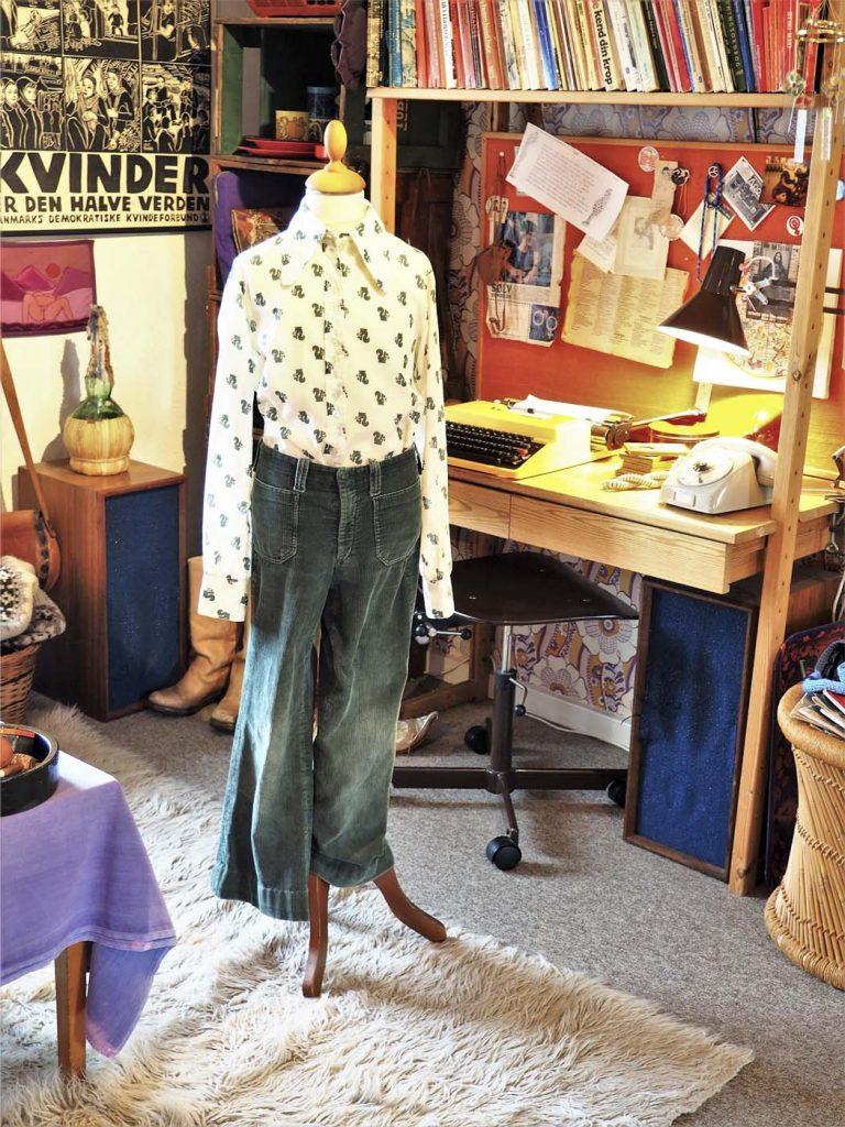 Grønne fløjlsbukser med vidde fra 70'erne, hvid skjorte med sort mønster, læs om moden i 1970'erne, originalt tøj fra museet Tidens Samling, museum for klæder, form og bolig i det 20. århundrede, Kulturmaskinen, Farvergården, Brandts Klædefabrik, Odense