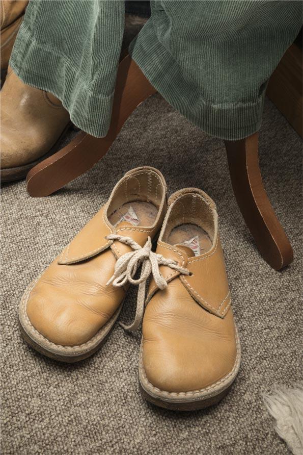 Fodformede lædersko fra 70'erne, grønne fløjlsbukser, læs om moden i 1970'erne, originalt tøj fra museet Tidens Samling, museum for klæder, form og bolig i det 20. århundrede, Kulturmaskinen, Farvergården, Brandts Klædefabrik, Odense