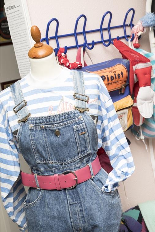 Pigetøj fra 1980'erne lyseblå-hvid stripet bluse, smækbukser i cowboystof og pink lakbælte i taljen, læs om moden i 1980'erne, originalt tøj fra museet Tidens Samling, museum for klæder, form og bolig i det 20. århundrede, Kulturmaskinen, Farvergården, Brandts Klædefabrik, Odense