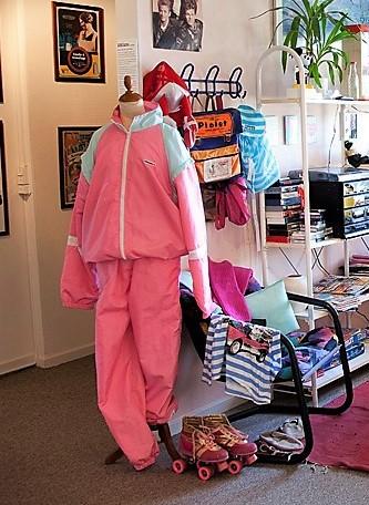Pigetøj fra 1980'erne, lyserødt matchende træningssæt, læs om moden i 1980'erne, originalt tøj fra museet Tidens Samling, museum for klæder, form og bolig i det 20. århundrede, Kulturmaskinen, Farvergården, Brandts Klædefabrik, Odense