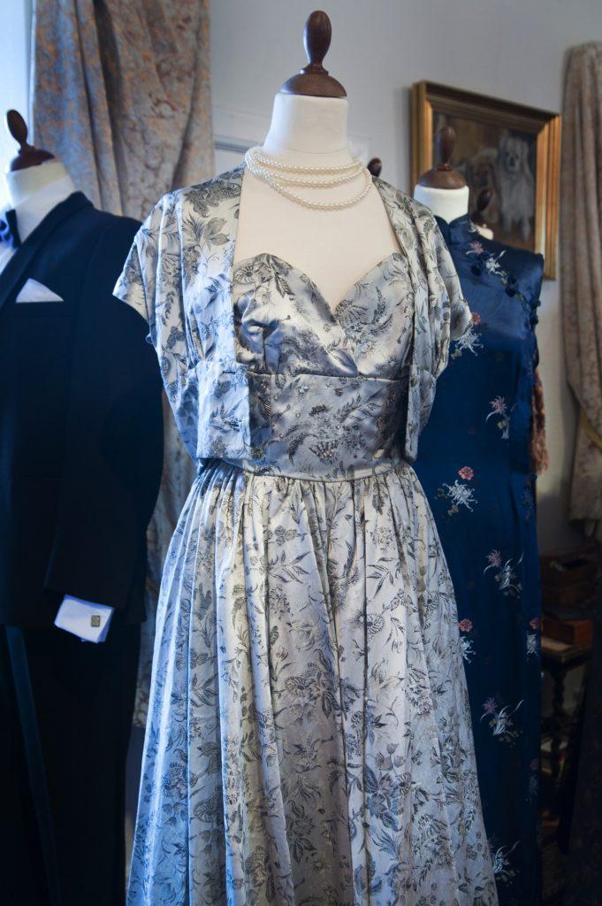 1950'ernes nostalgiske kjoler i særudstillingen 'Klædt på til alle tiders selskab' på Tidens Samling