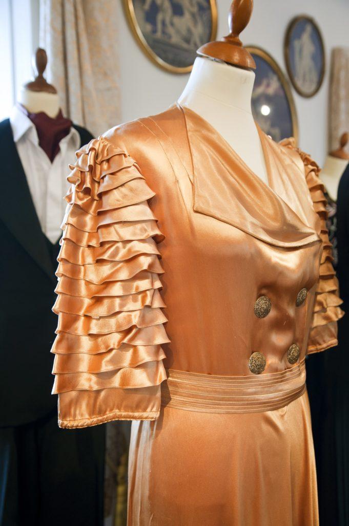 Farvet brudekjole i særudstillingen 'Klædt på til alle tiders selskab' på Tidens Samling