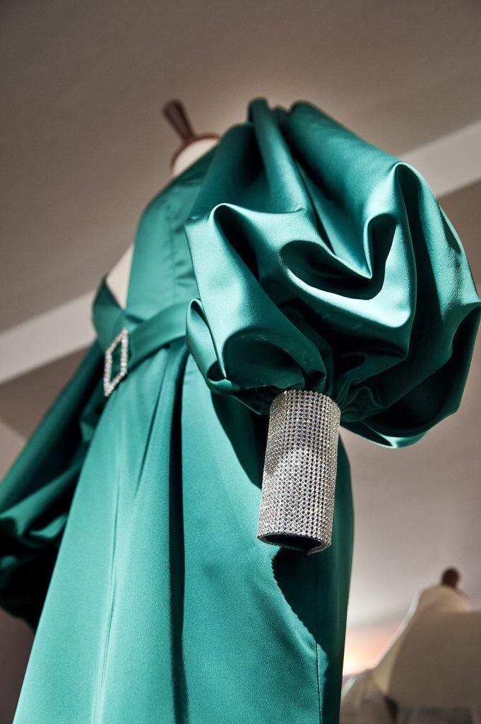 Den smaragdgrønne Oscarkjole designet af Lasse Spangenberg - set i særudstillingen 'Klædt på til alle tiders selskab' på Tidens Samling