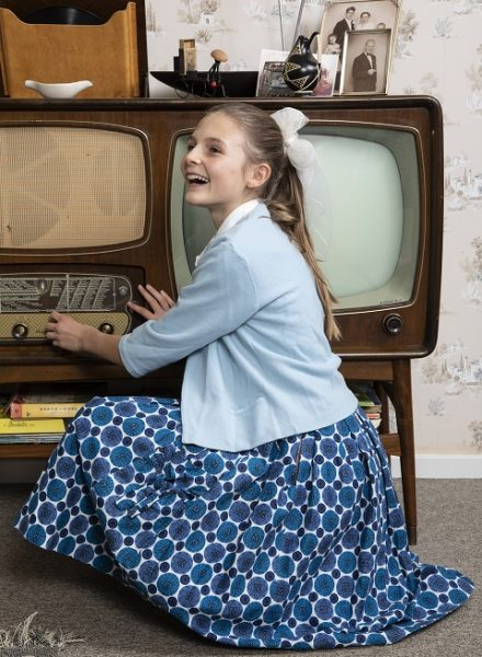 Pige i 1950er stuen på Tidens Samling