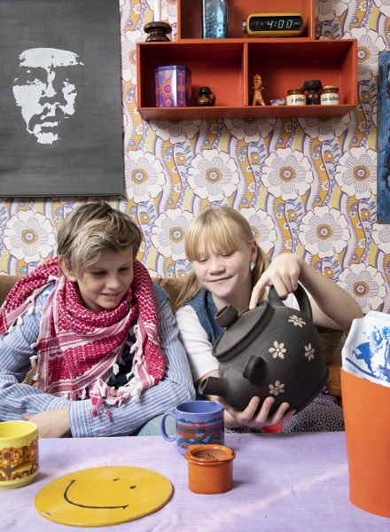 Børn i 1970'er stuen på Tidens Samling